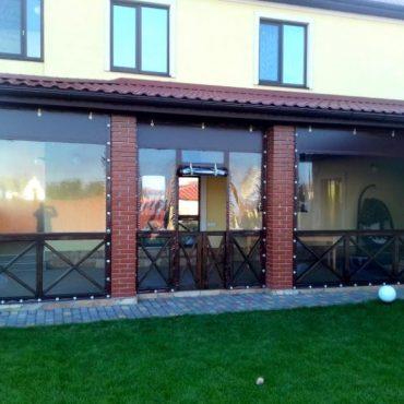 Вхідні двері посередині секції - М'які вікна Дніпро
